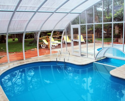 Interior de la piscina cubierta y conexión con la exterior.